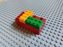 Gestapelde Lego- en Duplostenen [Wikimedia Commons: https://commons.wikimedia.org/wiki/File:Briques_de_Lego_et_Duplo_empil%C3%A9es_.jpg]